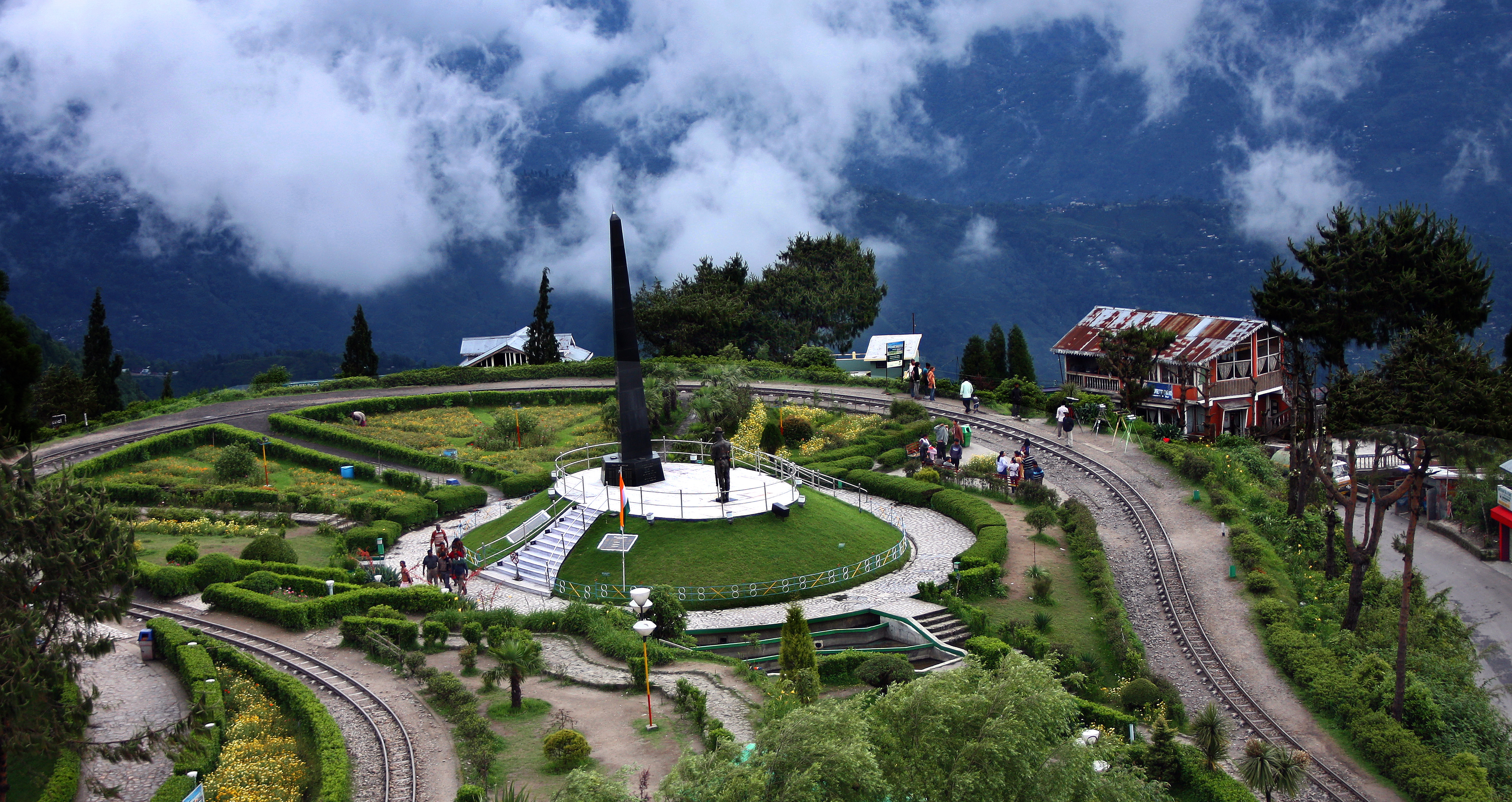 http://www.prasannaholidays.com/wp-content/uploads/2014/05/Darjeeling-Tourist-Place-Travel-In-India.jpg