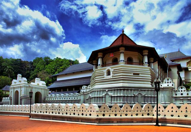 http://www.prasannaholidays.com/wp-content/uploads/2014/05/The-Temple-of-the-Sacred-Tooth-Relic-Kandy-Sri-Lanka1.jpg