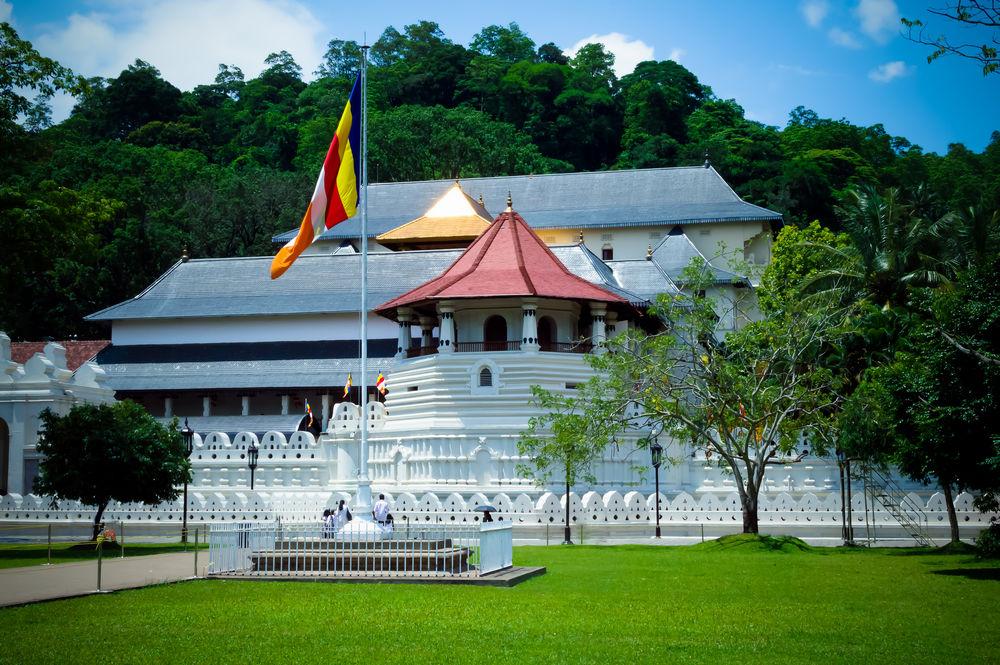 http://www.prasannaholidays.com/wp-content/uploads/2014/05/kandy-sri-lanka-2.jpg