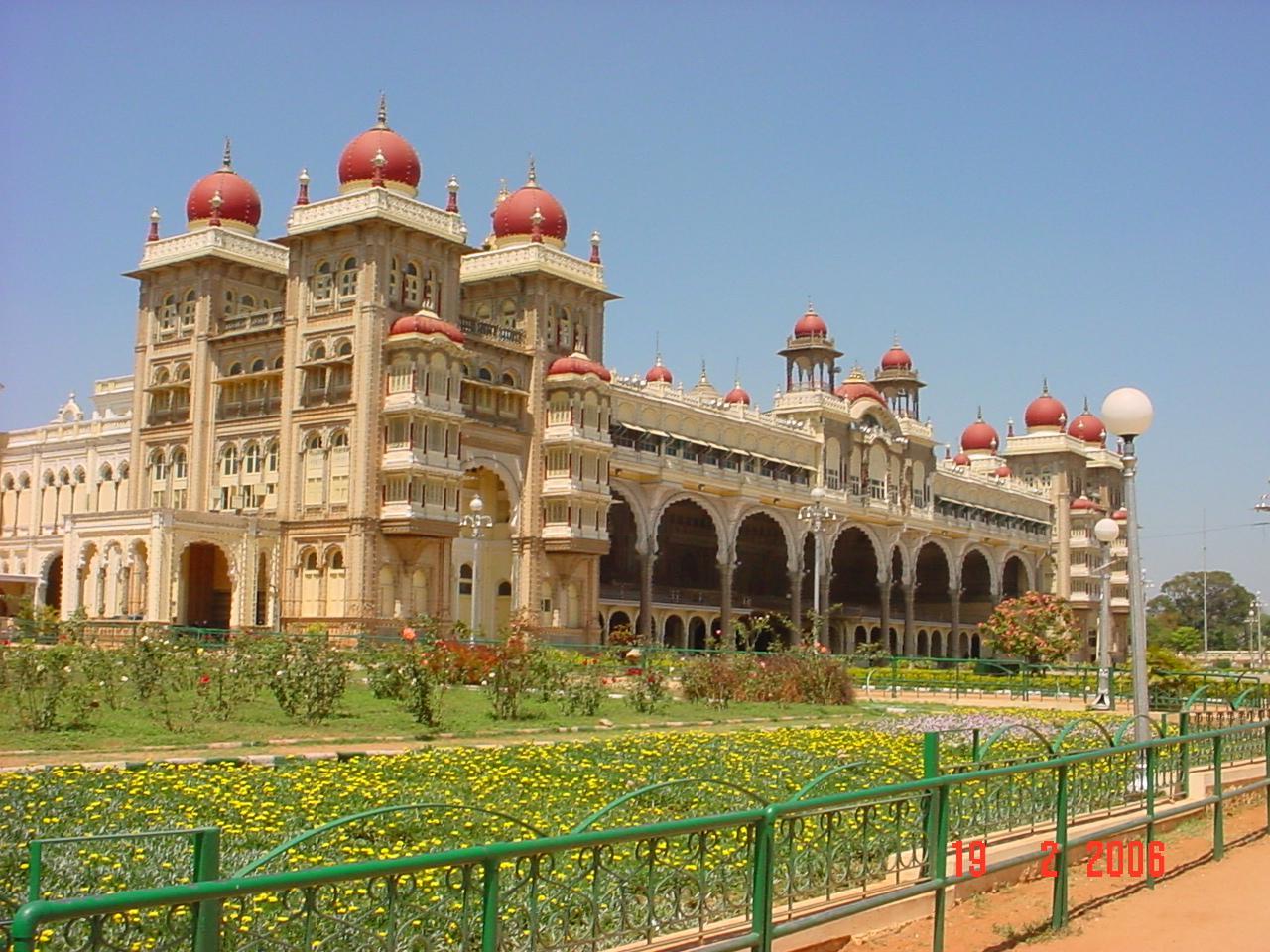 http://www.prasannaholidays.com/wp-content/uploads/2015/03/Amazing-Mysore-Maharaja-Palace-Photos.jpg