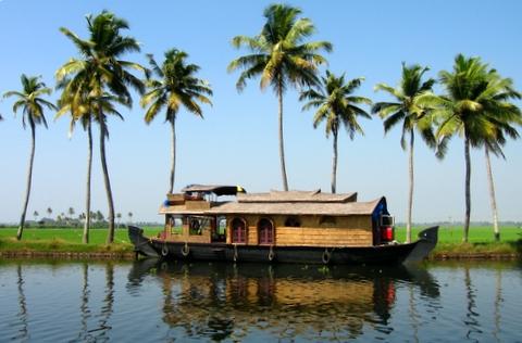 http://www.prasannaholidays.com/wp-content/uploads/2015/10/Kerala_houseboat.jpg